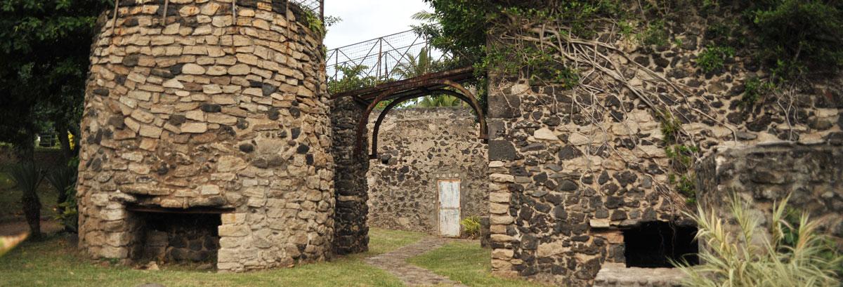 Vestige historique d'un ancien Four à chaux à La Réunion prêt de la plage de Grande Anse à Petite Île
